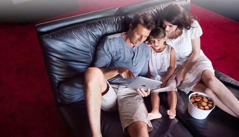 Améliorez votre confort, créez vos ambiances d'éclairage préférées, fermez tous les volets, commandez le chauffage et supervisez votre logement depuis votre smartphone.